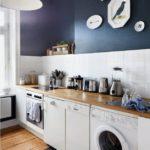 Темно-синий цвет на кухне с белой мебелью