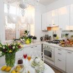 Тюльпаны на обеденном столе кухни