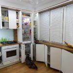 Встроенный холодильник в небольшой кухне
