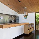 Деревянный потолок кухни-столовой
