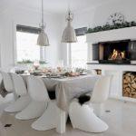 Модные стулья за обеденным столом