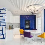 Сочетание синего и желтого цветов в белой кухне