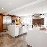 Белый кухонный остров с встроенной мойкой