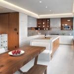 кухня Г-образной планировки с островом