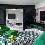 Черные стены кухни-студии в стиле эклектика