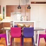 Разноцветные стулья в обеденной зоне