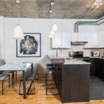 Светлая кухня-студия в стиле лофт