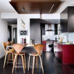 Черно-коричневый ламинат на полу кухни-студии