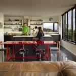 Красный обеденный стол в квартире-студии