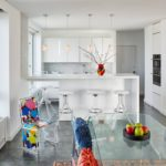 Белая кухня-студия с яркими акцентами