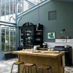 Кухня-студия с высоким потолком