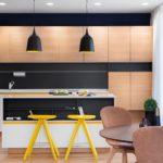 Желтые стулья в коричневой кухне