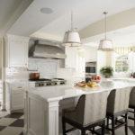 Дизайн кухни-студии в светлых оттенках в частном доме