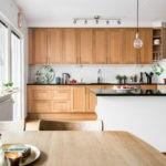 Кухонный гарнитур линейной планировки из дерева