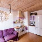 Деревянный потолок на кухне загородного дома