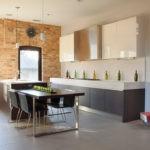 Современная кухня-гостиная с минимумом декораций
