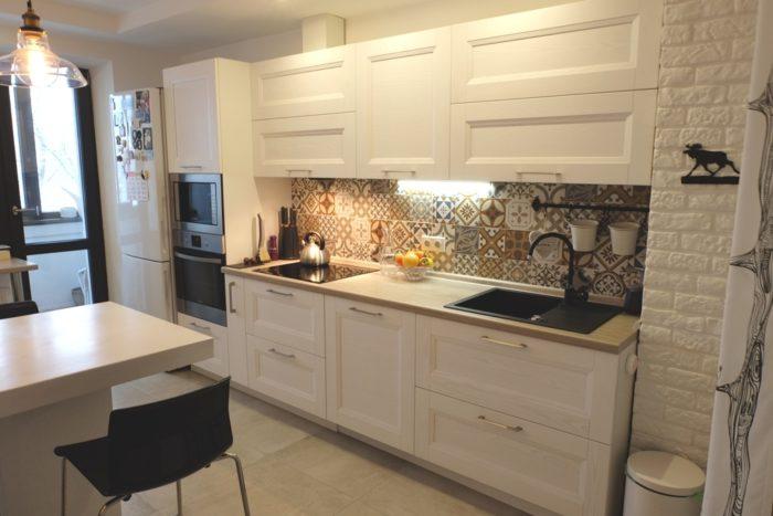 Фото линейной кухни с встроенной бытовой техникой