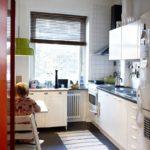 Жалюзи на окне небольшой кухни
