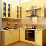 Г-образная кухня желтого цвета