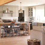 Деревянный обеденный стол на кухне частного дома