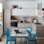 Синие стулья в серой кухне