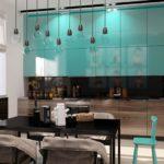 Черный обеденный стол на кухне с глянцевыми фасадами
