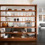 Открытый стеллаж в роли зонирования кухни