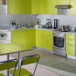 Ковер на полу зеленой кухни