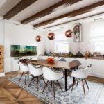 Обеденный стол на ковре в частном доме