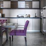 Кухонные стулья с фиолетовой обивкой