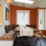Скатерть на обеденном столе кухни частного дома