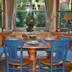 Синие стулья из натурального дерева