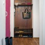 Деревянная вешалка и открытые полки для обуви