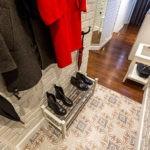 Полка для обуви на линолеуме в коридоре