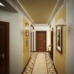 Декорирование стен узкого коридора картинами