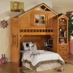 Детская кровать в форме деревянного домика