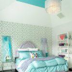 Обои с геометрическим орнаментом в светлой спальне