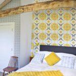 Серо-желтые обои в спальне сельского дома