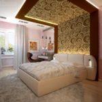 Оформление обоями стен и потолка спальни