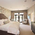 Дизайн просторной спальни с серыми обоями