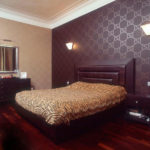Сочетание темных и светлых обоев в дизайне спальни