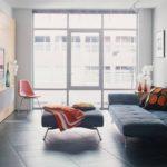 Гостиная в стиле минимализма с панорамным окном