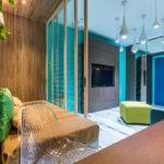 Каплевидные светильники на голубом потолке