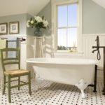 Ретро стул в ванной деревенской стилистики