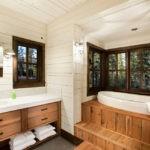 Ванна на деревянном подиуме в частном доме