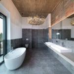 Люстра в декоре ванной комнаты