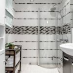 Мозаика серого цвета в интерьере ванной