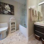 Декорирование стен ванной картиной