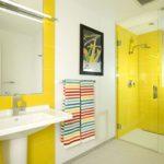 Яркий интерьер ванной с картиной на стене