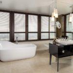 Просторная ванная с большими окнами